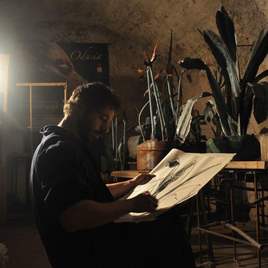 Alessio Deli disegna delle Agave presso il suo vecchio studio di Marino